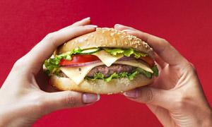 双手拿着的汉堡包特写摄影高清图片