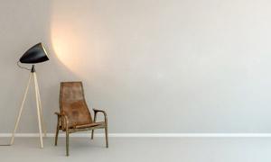落地灯与一把实木椅子摄影高清图片