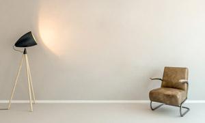 房间落地灯与真皮沙发摄影高清图片