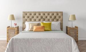 房间双人床与床头台灯摄影高清图片