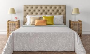 卧室床头柜台灯与大床摄影高清图片