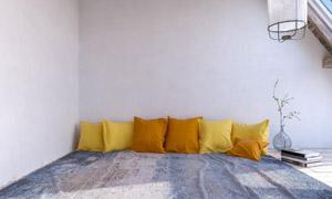 阁楼房间枕头摆放效果摄影高清图片