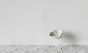 浅色椅子与灰色木地板摄影高清图片