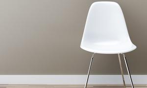 靠墙放的塑料材质椅子摄影高清图片