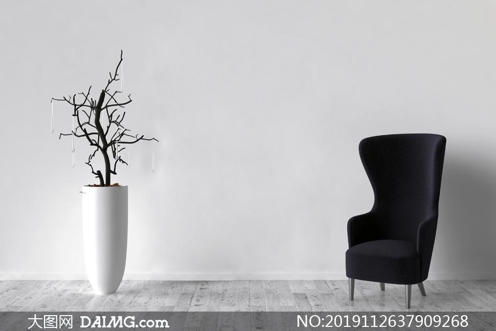 干枝装饰与黑色的高背沙发高清图片