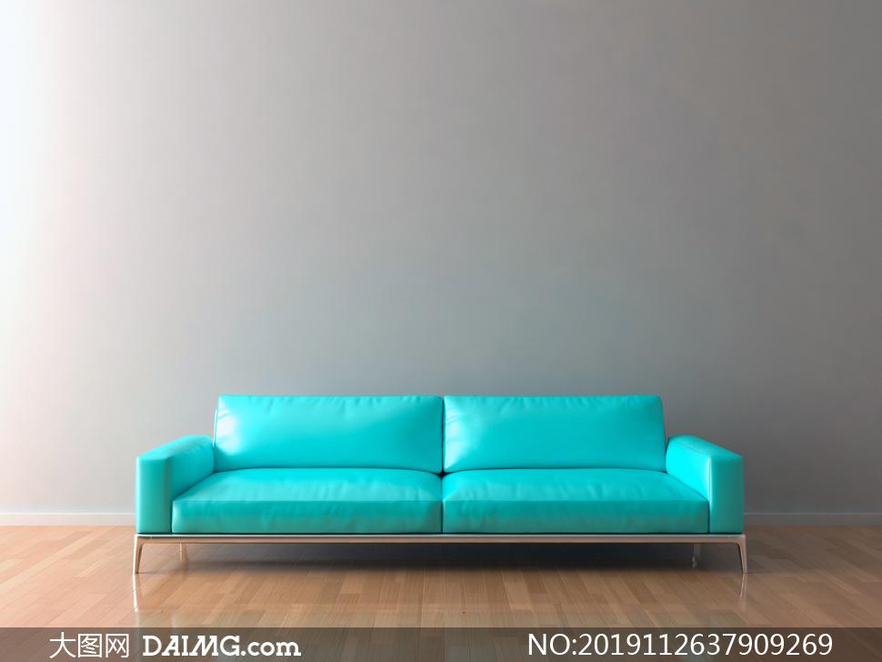 靠墙摆放的亮蓝色沙发摄影高清图片
