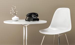 椅子与圆几上的电话机摄影高清图片