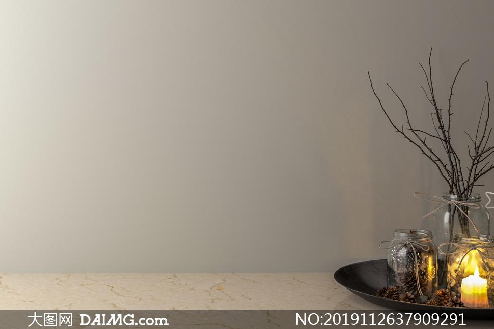 空白墙壁与托盘上的蜡烛等摄影图片