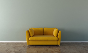 空白墙壁与黄色的沙发摄影高清图片