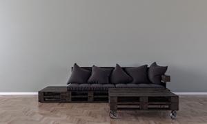 木支架上的沙發與枕頭攝影高清圖片