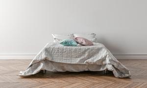 臥室房間雙人床上的枕頭等渲染圖片