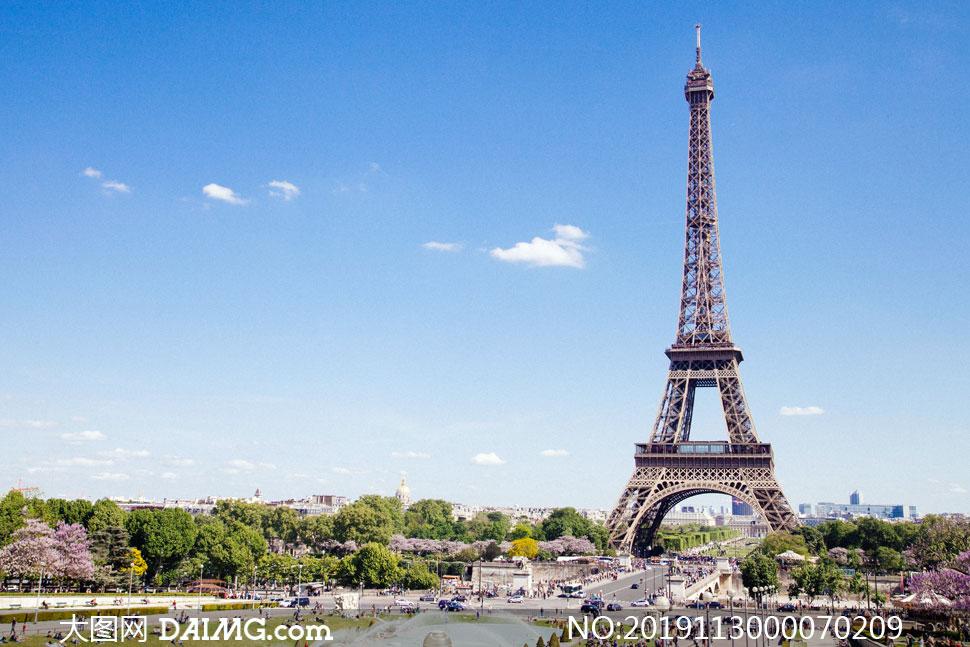 蓝天下的埃菲尔铁塔高清摄影图片