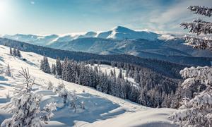 远望冬日群山雪景风光摄影高清图片