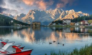 雪山船只与湖畔等风光摄影高清图片