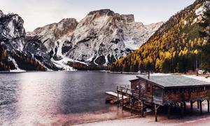 高山树林湖泊木屋风光摄影高清图片
