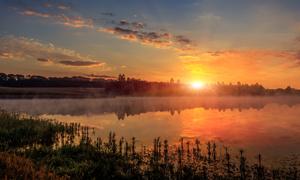 夕阳西下湖泊树林风光摄影高清图片