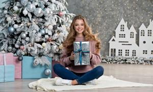 圣诞节收到礼物的美女摄影高清图片