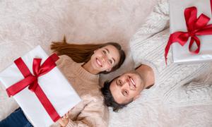 拿圣诞礼盒躺着的男女摄影高清图片