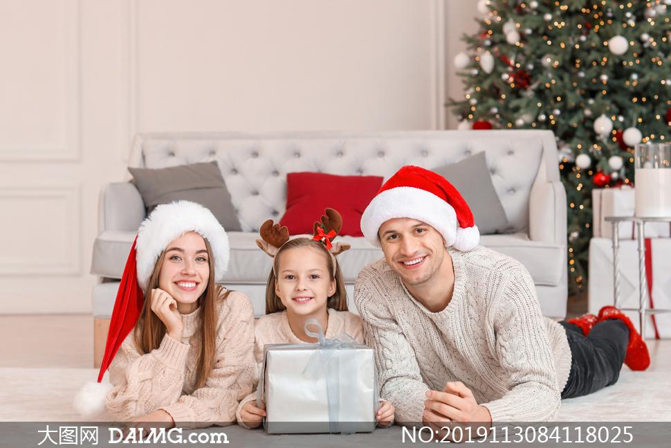 戴着圣诞帽的三口之家摄影高清图片