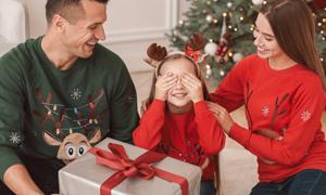 收到惊喜礼物的小女孩摄影高清图片