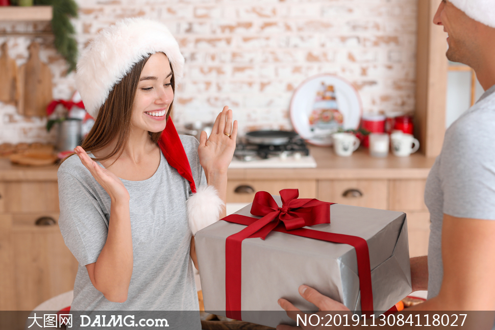 收到爱人圣诞节礼物的美女高清图片