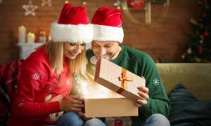 收到圣诞惊喜礼物的夫妻俩高清图片