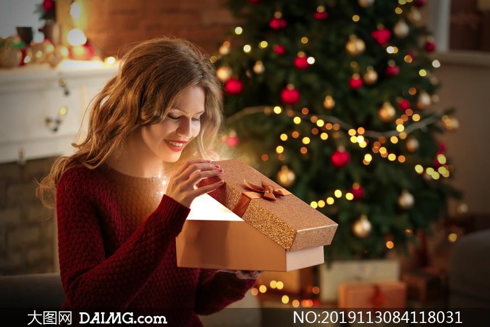 收到圣诞节礼物的红唇卷发美女图片