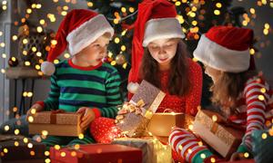 都收到禮物的小朋友們攝影高清圖片