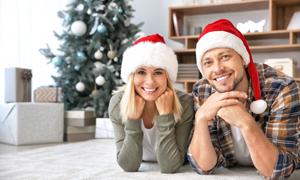 戴着圣诞帽的开心夫妇摄影高清图片