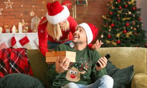 收到礼物的圣诞装男子摄影高清图片