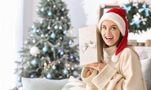 圣诞树与开心笑容美女摄影高清图片