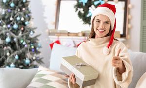 翘拇指的圣诞美女人物摄影高清图片
