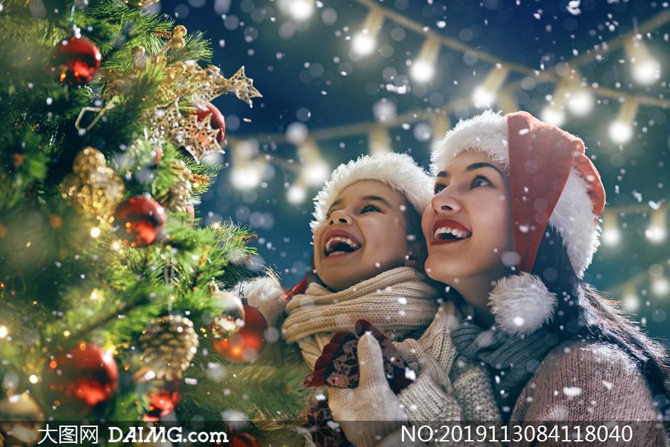 在看着圣诞树的母女俩摄影高清图片