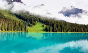 霧氣繚繞的山中美麗湖泊攝影圖片