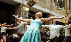 张开双臂享受舞蹈的人群摄影图片