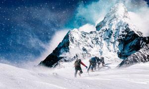 正在攀登雪山的登山家攝影圖片