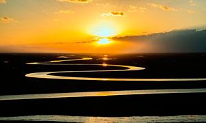 夕阳下的弯曲小河高清摄影图片