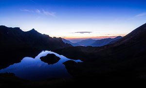 黄昏下山顶美丽的湖泊美景摄影图片