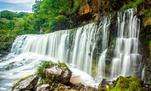 山中悬崖上的瀑布高清摄影图片