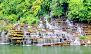 山腰上美丽的小溪瀑布摄影图片
