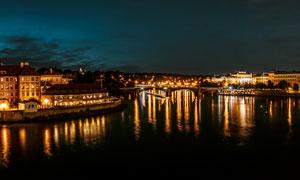 欧式建筑夜景和河流摄影图片