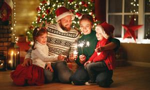 圣诞节聚在一起的幸福家人高清图片