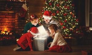 看到惊喜礼物盒的家人摄影高清图片