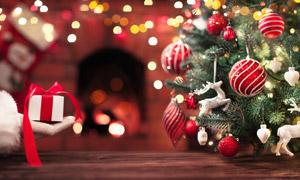 圣诞装饰与手中的礼物摄影高清图片