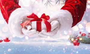 圣诞装饰品与手中的礼物盒高清图片