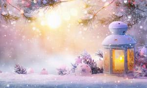 冬日暖阳下的积雪与圣诞球高清图片