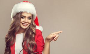 手指着某处的圣诞美女摄影高清图片