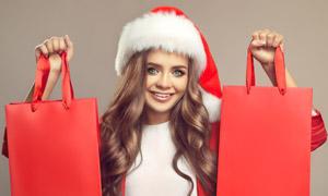 双手提着购物袋的圣诞美女高清图片