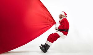 用全力拽着红布的圣诞老人高清图片