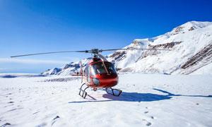 雪山上的直升机景观摄影图片